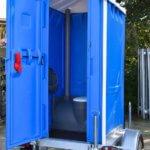 wc-anhaenger-tuer-geoeffnet